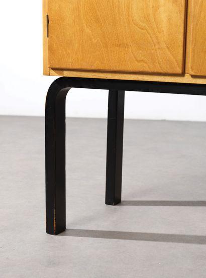 Alvar Aalto (1898-1976) Cabinet modèle «810» Hêtre lamellé-collé et bouleau Laminated...