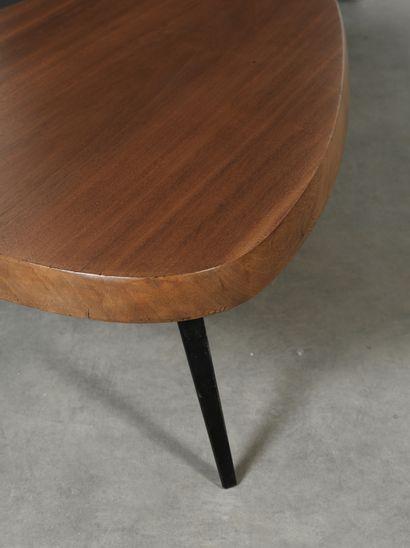 Charlotte PERRIAND (1903-1999) Table basse de forme libre Métal laqué noir et sipo...