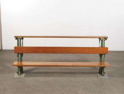 Jean PROUVÉ (1901-1984) Pupitre d'amphitéâtre Tole d'acier, tube et chêne Sheet steel,...