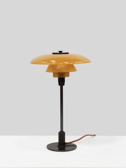 Poul Henningsen (1894-1967) Lampe modèle «PH 3/2» Laiton patiné et verre de couleur...