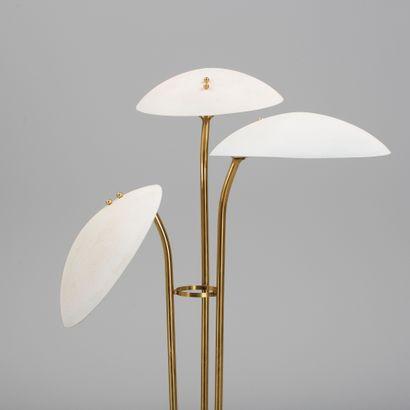 BERTIL BRISBORG (1910-1993) Lampadaire Laiton et métal laqué blanc Brass and white...