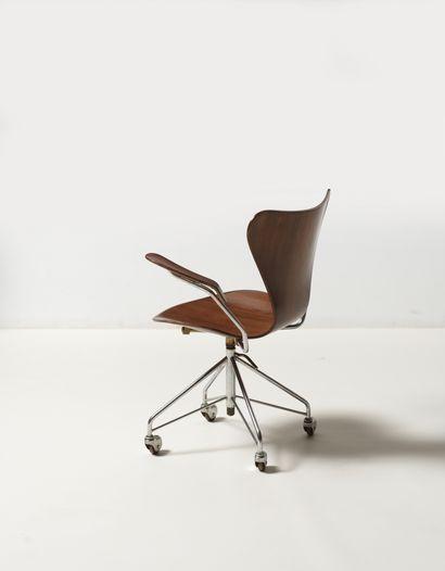 Arne JACOBSEN (1902-1971) Chaise de bureau modèle «3217» issue de la «Série 7» Palissandre...
