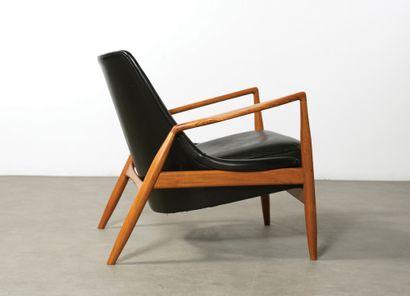 Ib Kofod-larsen (1921-2003) Fauteuil modèle «Sälen/Seal» Teck et cuir noir Teak and...