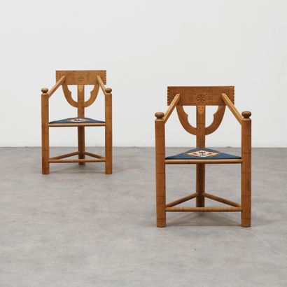 SWEDISH ART NOUVEAU (XXE SIÈCLE) Paire de fauteuils sculptés Chêne et tissu Oak and...