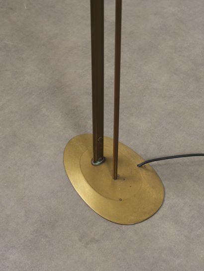 Max INGRAND (1908-1969) Lampadaire modèle «18/19» Laiton et verre opalin Brass and...