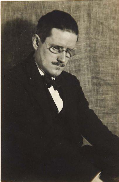 [James JOYCE]. MAN RAY. Portrait de James Joyce. [Paris, 1922]. Photographie originale,...