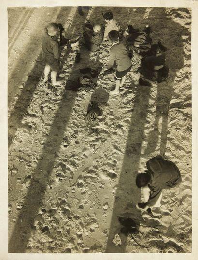 László MOHOLY-NAGY. Groupe d'enfants sur le sable à Sellin, sur l'île de Rügen. Sans...