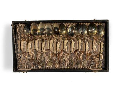 Coffre contenant onze cuillères et une pince...