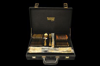 Ménagère en plaqué or de 70 pièces dans son...