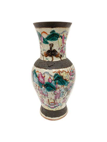 Canton Vase en porcelaine polychrome au décor...