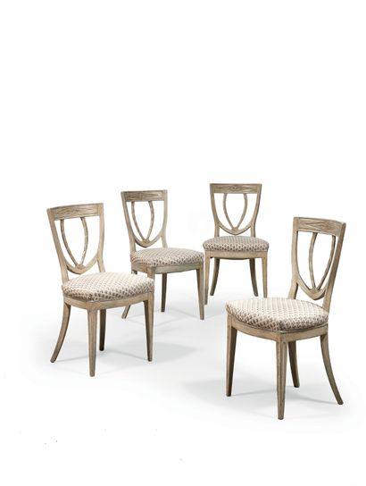 Suite de quatre chaises en hêtre, mouluré,...