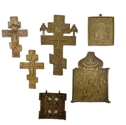 Russie, XVIIIe siècle Croix en métal repoussé...