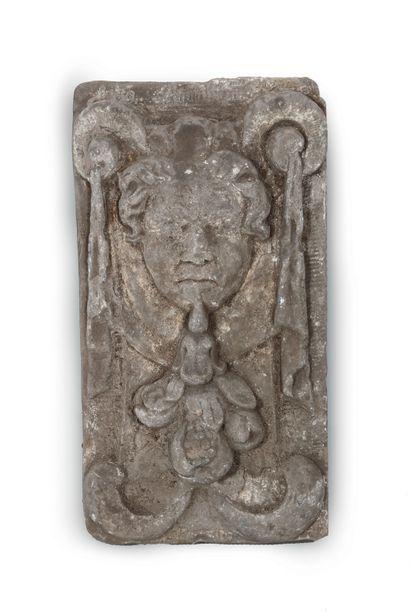 Bas relief en pierre calcaire sculptée à...