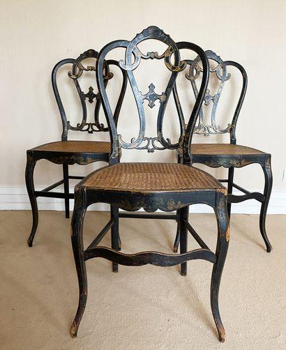 Suite de trois chaises cannées En bois noirçi...