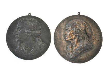 Deux médaillons en bronze patiné représentants...
