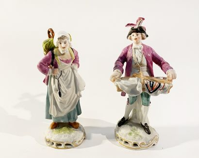 Lot comprenant deux statuettes en porcelaine...
