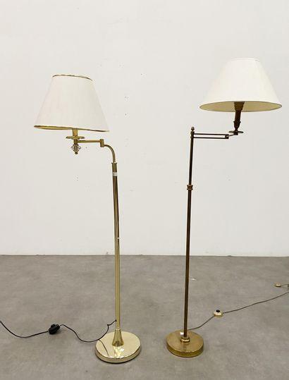 Lot de deux lampes liseuses En laiton doré,...