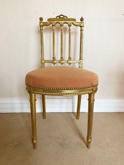 Chaise En bois doré et sculpté, le dossier...
