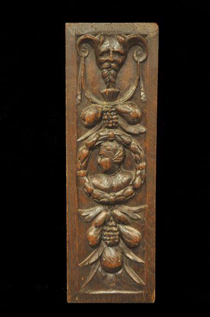 Bas relief en bois naturel sculpté, centré...