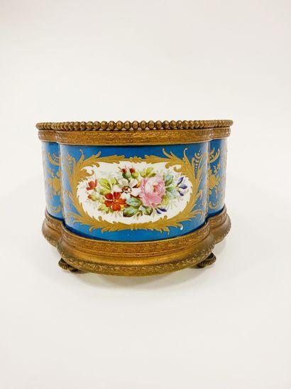 SAMSON. Jardinière en porcelaine et bronze...