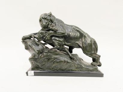 Sculpture en bronze représentant une lionne...