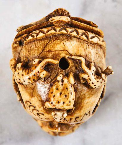 Exceptionnel memento mori en ivoire sculpté et gravé avec rehauts de rouge. Crâne...