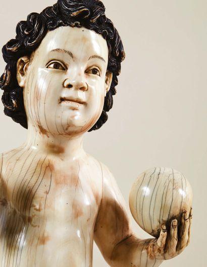 Enfant Jésus, Sauveur du Monde, en ivoire sculpté en rondebosse avec rehauts de...