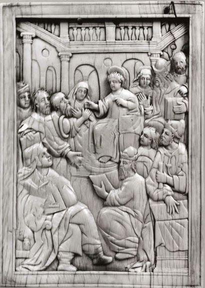 Grande plaque en ivoire sculpté en bas-relief avec restes de polychromie et traces...