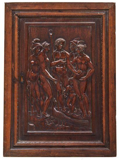 Porte d'armoire en noyer sculpté en bas-relief...