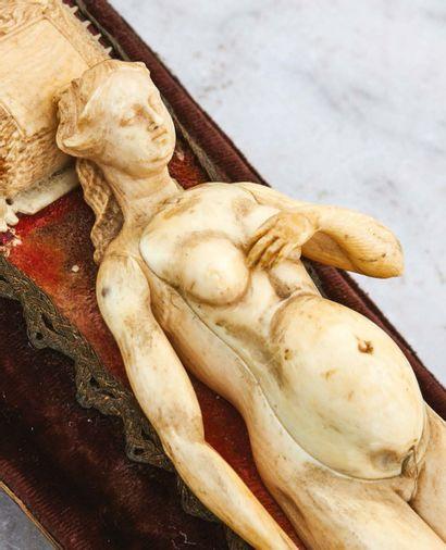 Mannequin anatomique d'une femme enceinte...