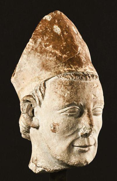 Tête de saint Pierre mitré en pierre calcaire sculptée en ronde-bosse avec infimes...