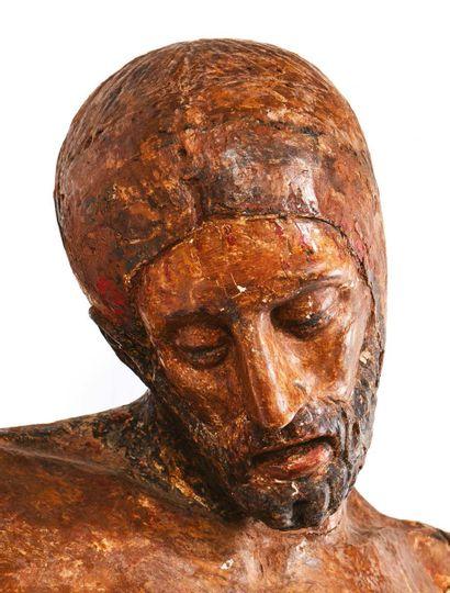 Grand Christ en bois sculpté et polychromé. Tête inclinée sur l'épaule droite, visage...