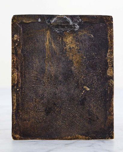 Plaquette en bronze à patine noire représentant le Christ sortant du tombeau entre...