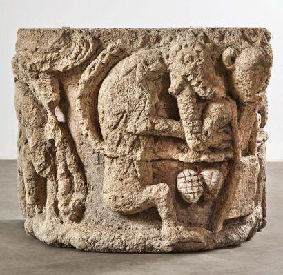 Important chapiteau d'applique en pierre calcaire sculptée en fort relief avec traces...