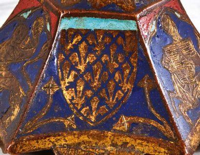 Pique-cierge portatif en cuivre champlevé, gravé et doré, émaux bleu, rouge et turquoise....