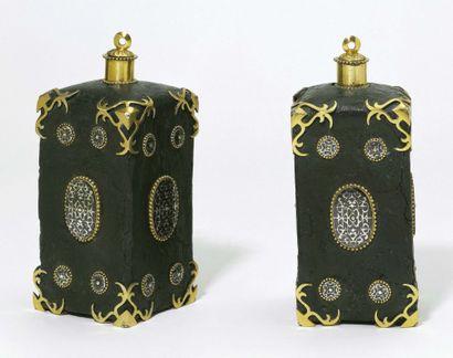 Paire de bouteilles en argent, argent doré et pâte noire. Corps plat à décor de...