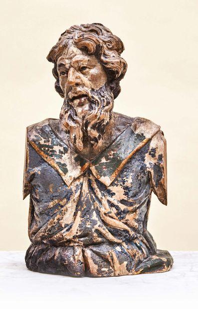 Buste de saint barbu en bois sculpté en ronde-bosse et polychromé. Le regard tourné...