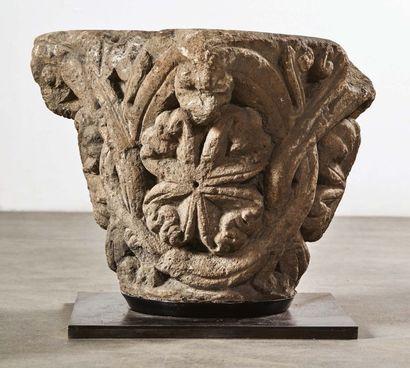 Chapiteau en pierre calcaire sculptée à décor de branches nervurées entrelacées...