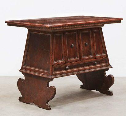 Rare table de milieu en noyer ouvrant à deux portes et un tiroir. Décor d'encadrements...