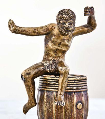 Bacchus en bronze, partie d'un luminaire. Entièrement nu, habillé seulement d'une...