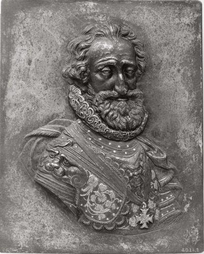 Plaque en fer repoussé en fort relief, damasquiné or et argent représentant Henri...