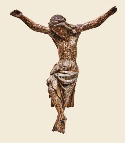 Christ en chêne sculpté avec restes de polychromie. Tête inclinée sur l'épaule droite,...
