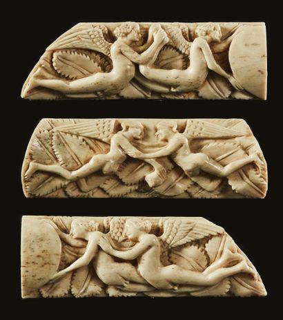 Ensemble de trois plaquettes de coffret en os sculpté représentant des anges deux...