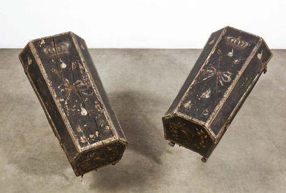 Paire de petits cercueils en bois peint enfermant...