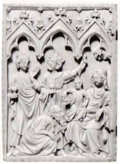 Feuillet gauche d'un diptyque en ivoire sculpté en profondeur. Scènes sur deux registres...