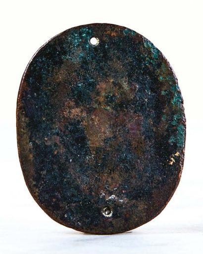 Plaquette ovale en bronze doré représentant Apollon debout tenant sa lyre et Marsyas...