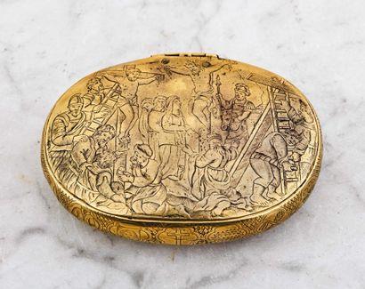 Boîte ovale en laiton gravé représentant,...
