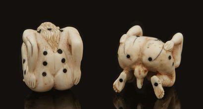 Paire de dés à jouer érotiques en ivoire et ébène sculptés en ronde-bosse représentant...