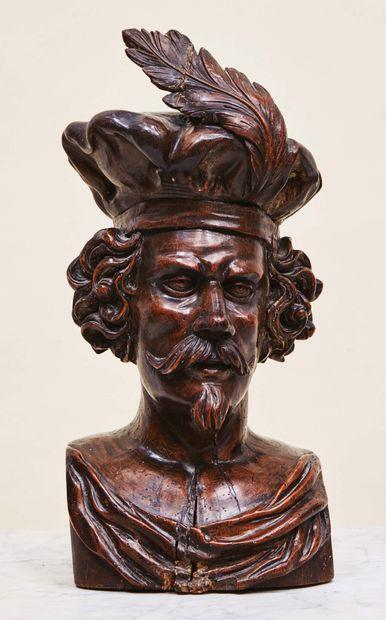 Buste d'homme en noyer sculpté en ronde-bosse....
