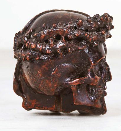 Memento mori biface en bois fruitier sculpté représentant d'un côté la tête du Christ,...